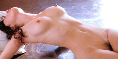 全裸になっちゃった美乳おっぱいをじっくり観察♪