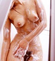 お風呂で泡まみれになったおっぱいを揉んじゃぉ♪