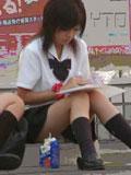 女子高生の街撮り座り込み制服画像